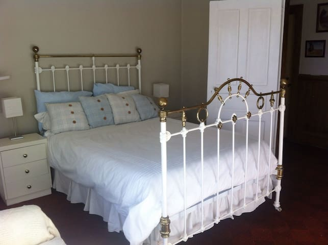 Charming bedroom in farm cottage - Lincoln - Hus