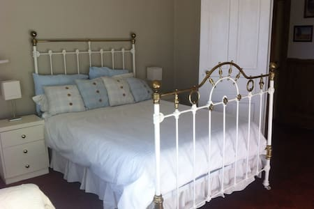 Charming bedroom in farm cottage - Lincoln