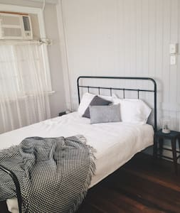 Cozy inner city apartment above lovely local cafe - Townsville City