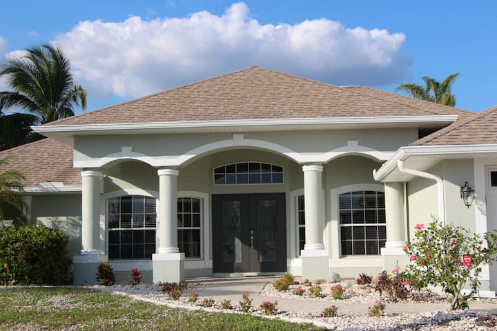 ELEGANT DREAM HOME ON A CANAL WITH A POOL - Cape Coral - Casa