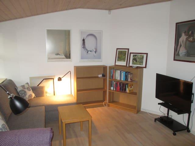 Gæsteværelse med dobb.seng, TV, skrivebord og garderobeskab