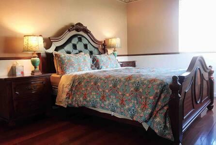 Super clean queen bed firm mattress+SharedBathroom