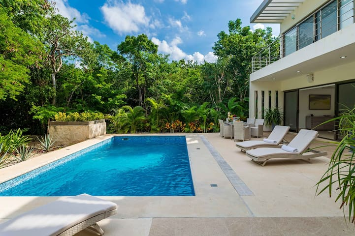 Luxury Residence with private pool and Hotel Amenities
