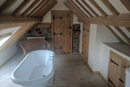 En-suite. Cosy stone & oak-framed farmhouse