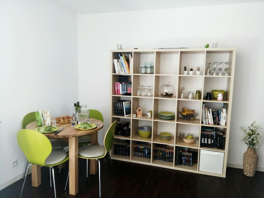 la salle à manger, où la table peut se transformer pour accueillir 6 convives. de nombreux livres dans la bibliothèque peuvent être à votre disposition pendant la durée de votre séjour.