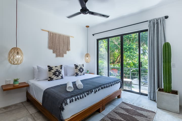 Balcony⋆Location⋆King Bed ♥ NEW Boho Studio Suite