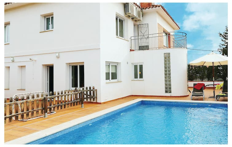 Holiday cottage with 4 bedrooms on 150 m² in Premia de Dalt