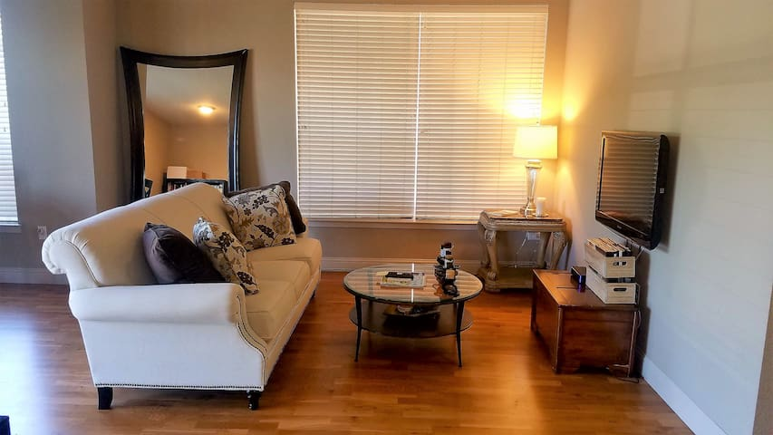 Gorgeous, Spacious 2 Bed/2 Bath in Heart of DTC