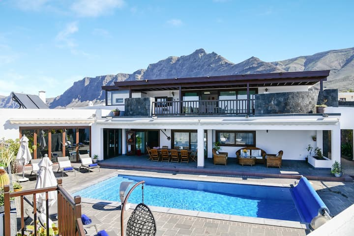 Stunning Villa Daniela with Sea View, Wi-Fi, Pool, Garden, Balcony, Terrace, Jacuzzi & Sauna; Parking Available, Pets Allowed