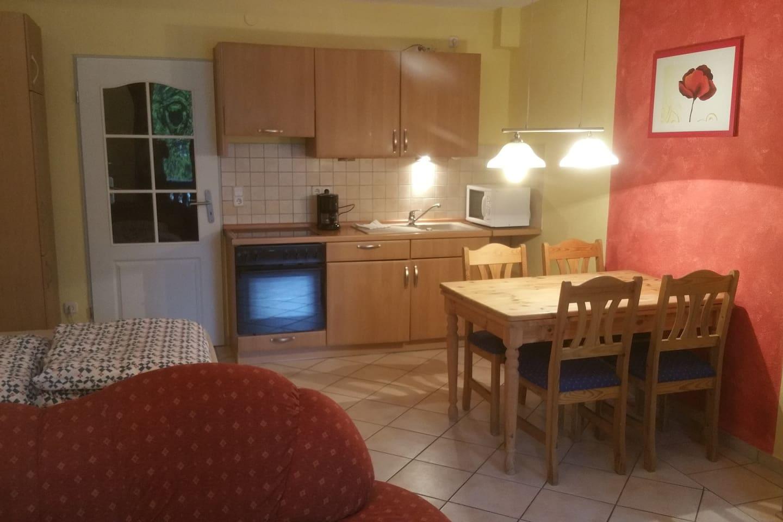 Wohn-Schlafzimmer, Küche, Backofen, Ceranfeld, Mikrowelle, Kaffeemaschine, Wasserkocher, Sitzecke, Esstisch mit Stühle