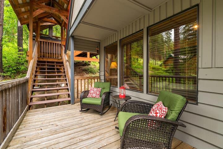 Cozy Leavenworth cabin w treehouse gazebo/spa