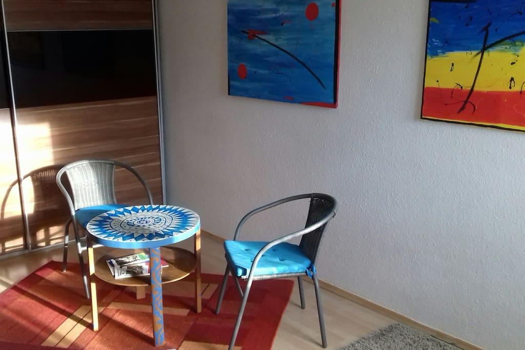 Zimmer mit kleinem Sitzplatz, Schrank,