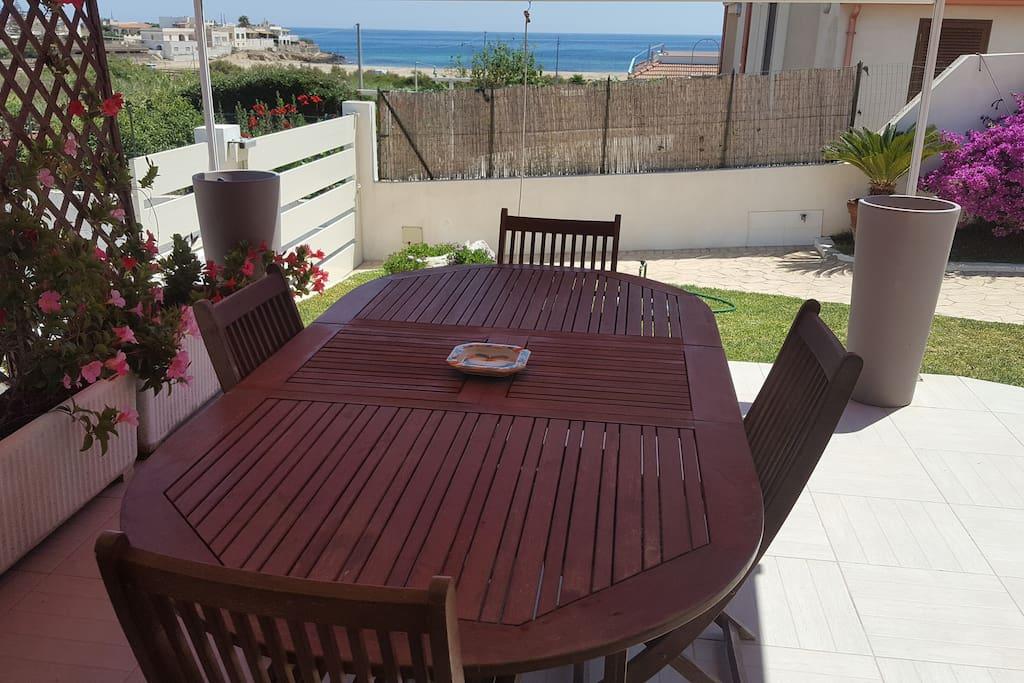 tavolo in veranda con vista mare