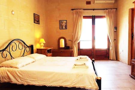 Gorgeous 3 Bed Farmhouse with Pool & Views; Sannat - Sannat - Haus