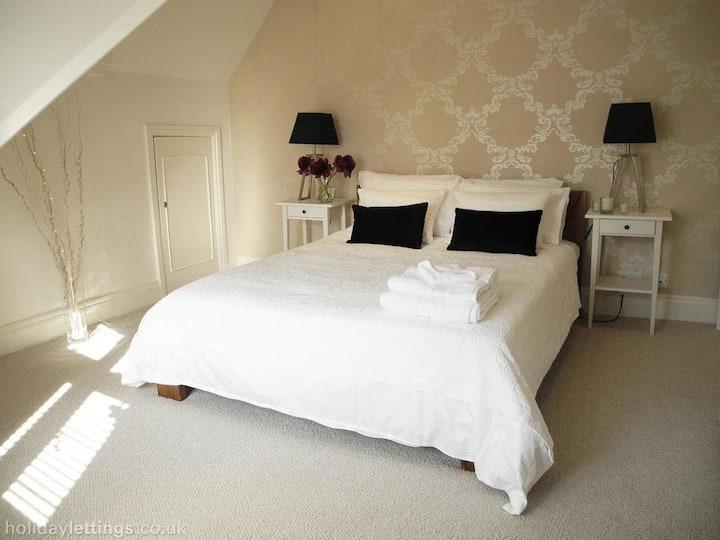 Exquisite Apartment by Hampton Court Palace