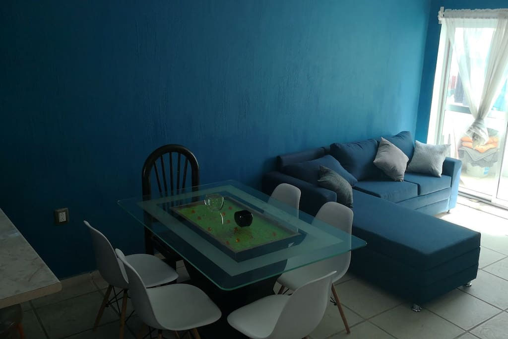 Comedor y sala con TV con megacable.