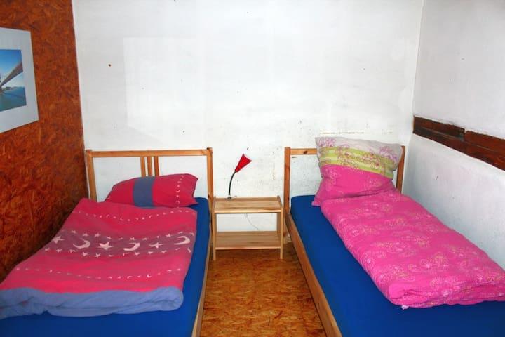 Bett im Mehrbettzimmer