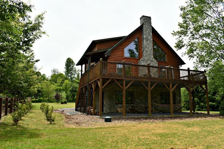 Waters Edge-Riverfront, Pet Friendly, Flat, Large Yard, Fire Pit, WIIF, Fireplace