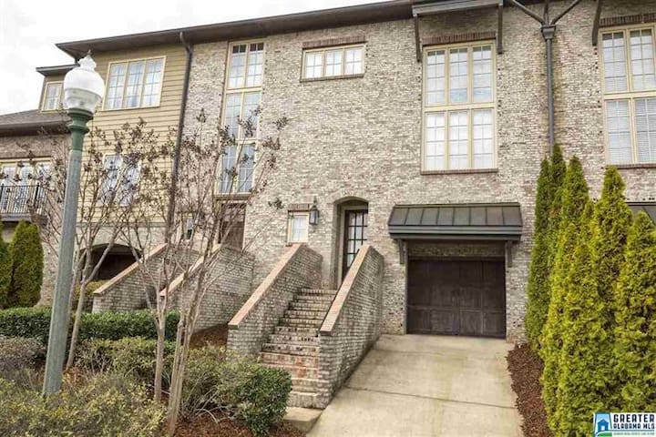 Private upstairs in bright&lovely townhome!!