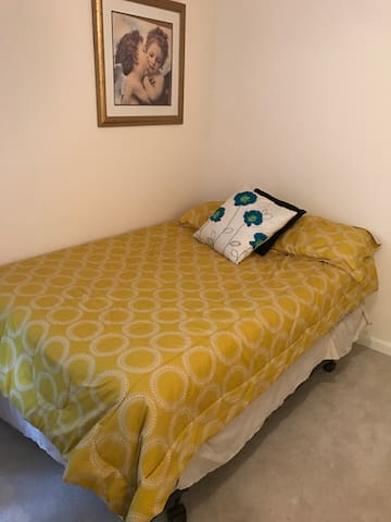 Cozy Room/Home, large yard, quiet. - Jeffersontown - House