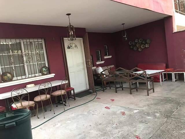"""En el porche hay una especie de """"lounge area""""."""