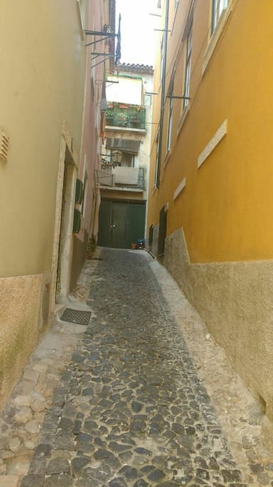 Beco do Salvador! A casa é côr de rosa, porta de entrada a esquerda .