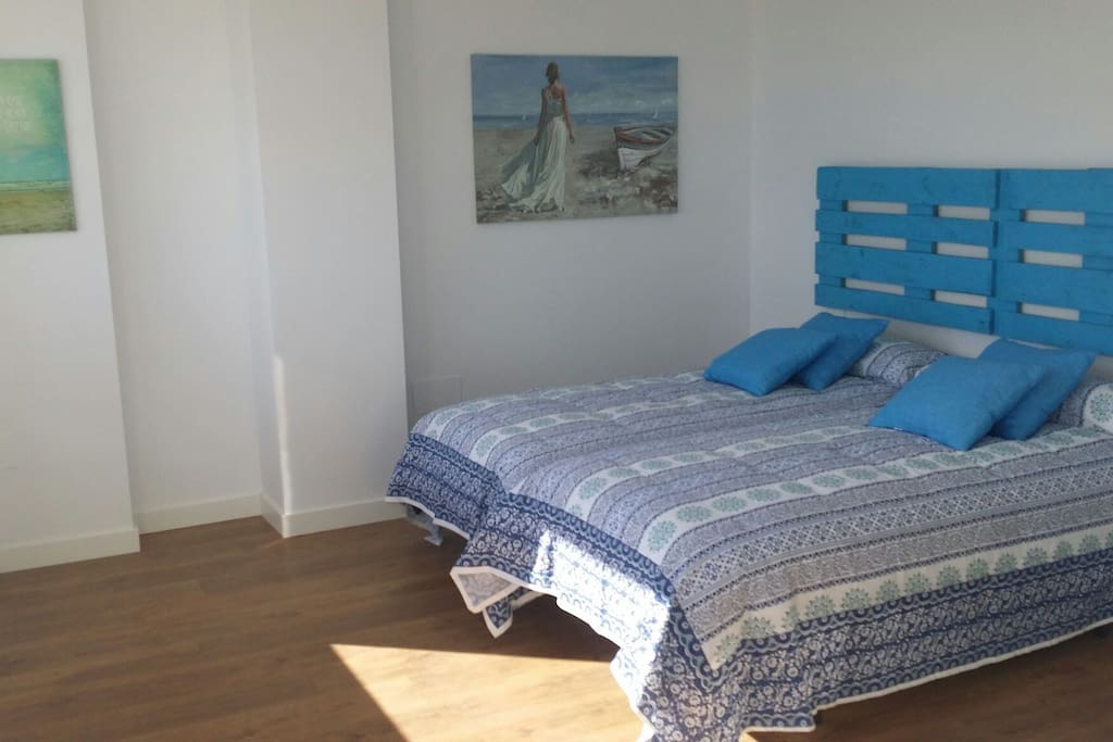 BLUE bedroom.Dormitorio 1, armario y vistas frontales al mar