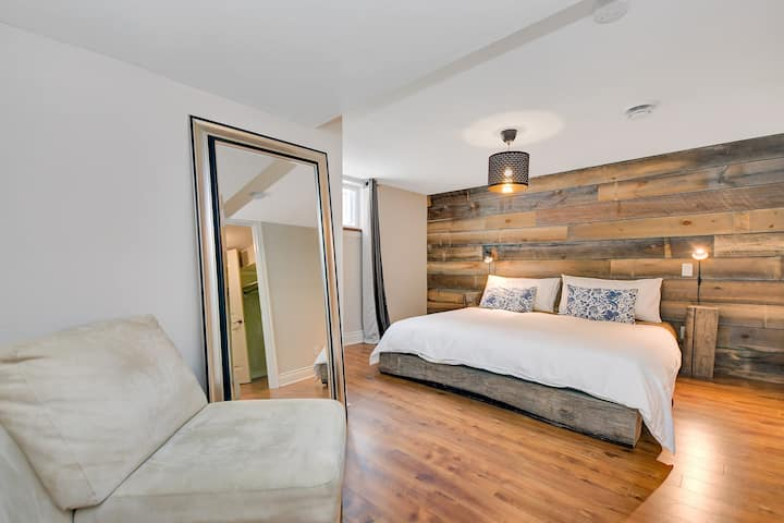 Central & Clean 2bdrm Apartment with Parking for 2