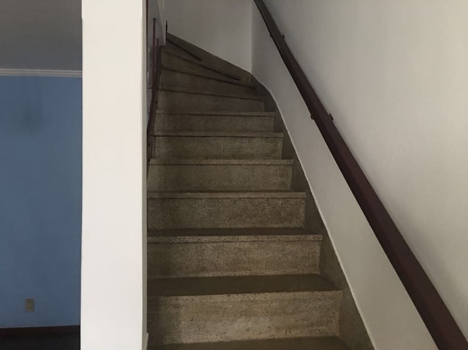 Escada que dá acesso aos quartos.