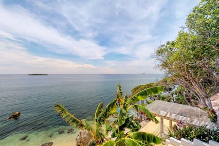 Cozy oceanfront villa with panoramic ocean views & beach access!