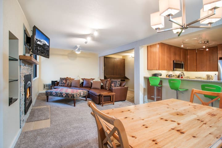 Cozy Modern Condo Walking Distance to Canyon Lodge