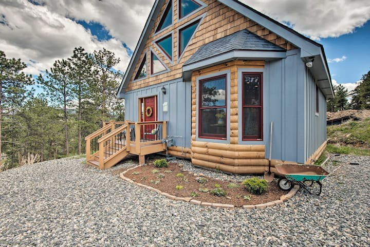 Cozy Log Cabin - 1.8 Miles to Downtown Evergreen!