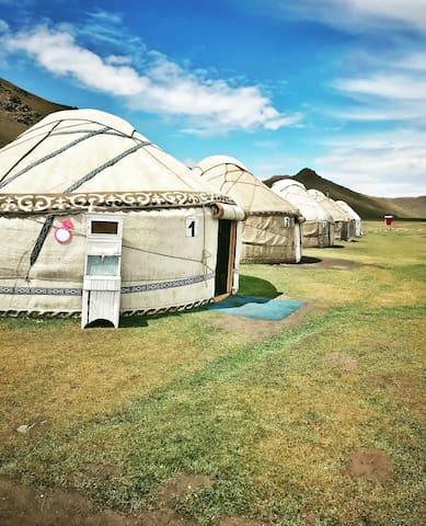 Yurt camp Tuz Ashuu Azamat at Song Kul lake