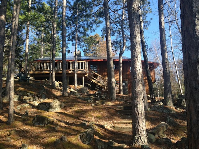 Scenic, wooded lakeside retreat - Ely - Casa