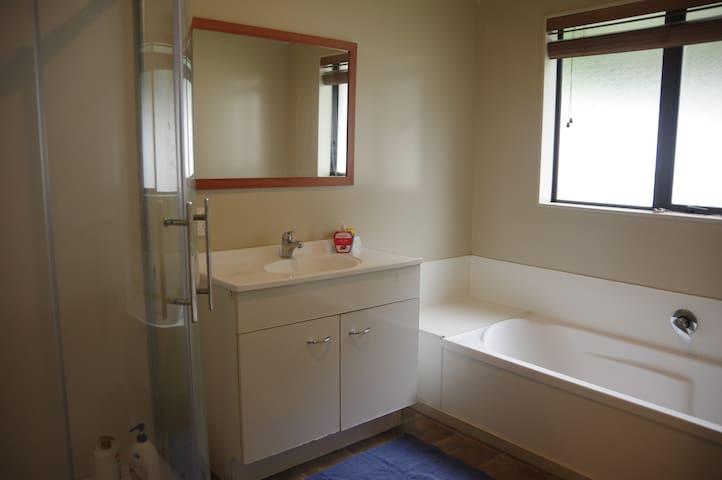 Nielsen Gardens - Single room - Shared bathroom