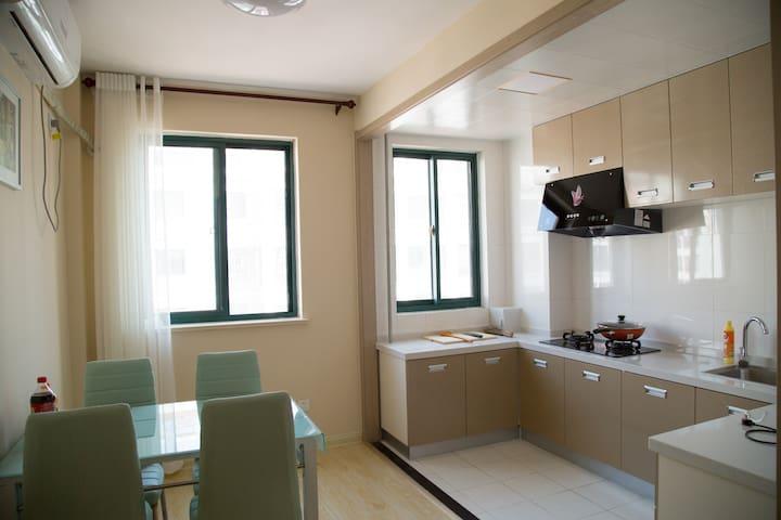 """精装公寓二(一室两厅70平米),步行5分钟即可抵达威海最大的海水浴场之一的""""半月湾海水浴场""""。 - Weihai Shi - Apartmen"""