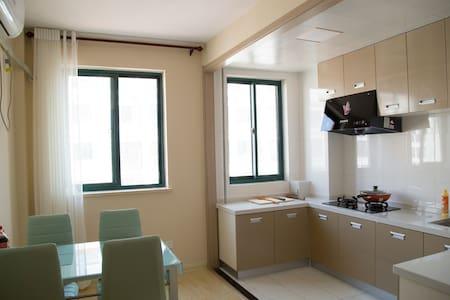 """精装公寓二(一室两厅70平米),步行5分钟即可抵达威海最大的海水浴场之一的""""半月湾海水浴场""""。 - Weihai Shi"""