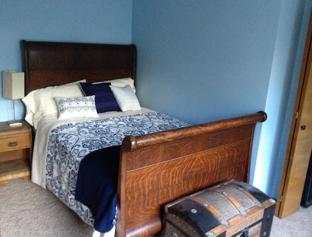 Sunny, private room near MSU and the Capitol