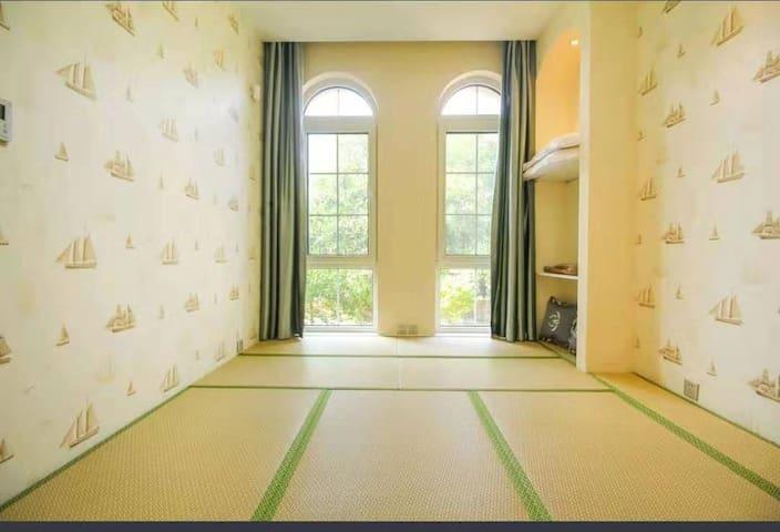 卧室3:书房改成了榻榻米,适合老人孩子居住,安全,放心,舒适!卧室还放了一些休闲的玩具和免费的书籍,还可以在房间喝茶聊天看书!
