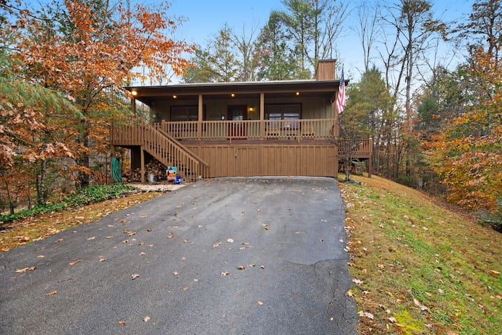 Charming, dog-friendly cabin - great for a romantic getaway!