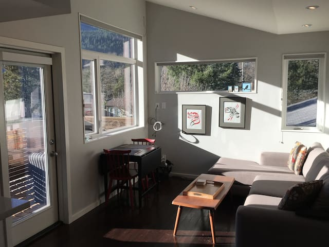 Sunny, modern carriage home in Squamish