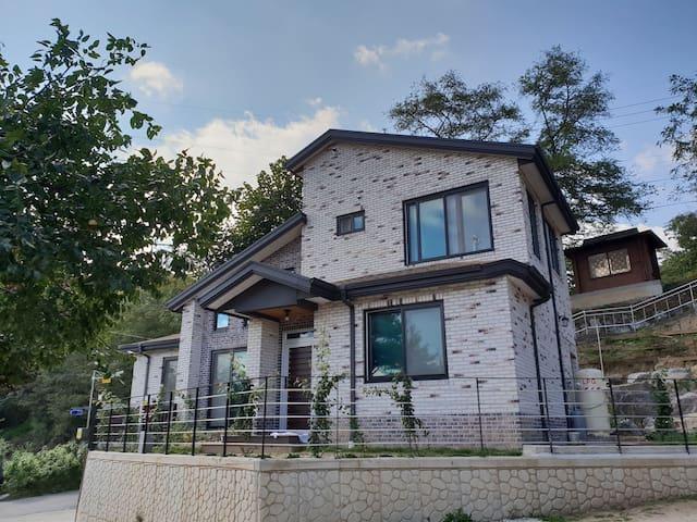 [아리움 하우스] 남춘천역 근처 가족, 친구, 군인이 오기 좋은 곳(주택 2층 단독사용)