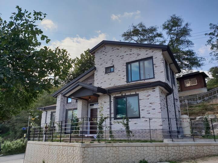 [아리움 하우스]남춘천역근처/가족,친구와 오기 좋은 친척집같은곳(주택 2층 단독사용)