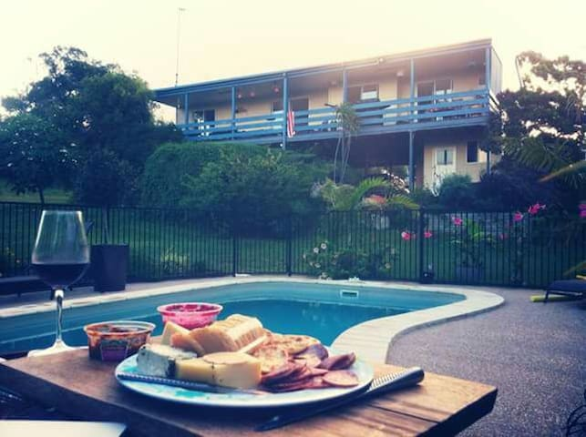 Stylish 2brm Apt, B'fast, Close to Fraser island