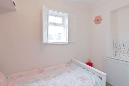 Girly single room in private house - Maidenhead - House
