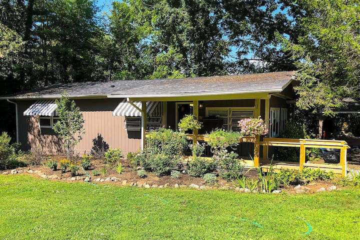 Charming Mills River Cottage w/Spacious Yard!