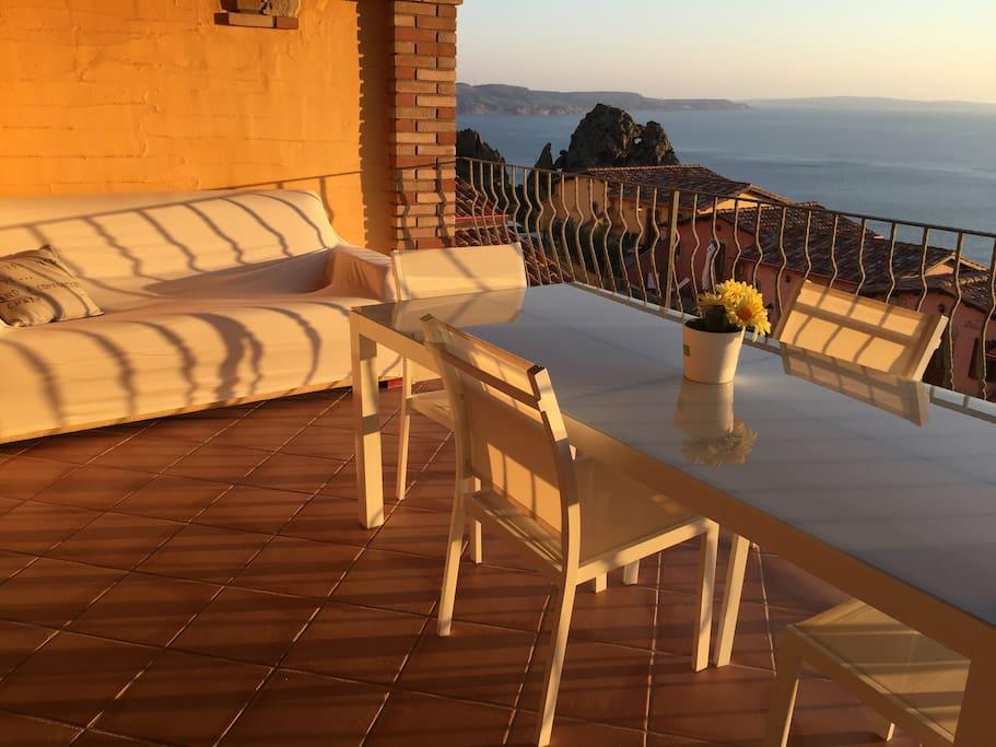 la terrazza ampia con un grande divano per il relax