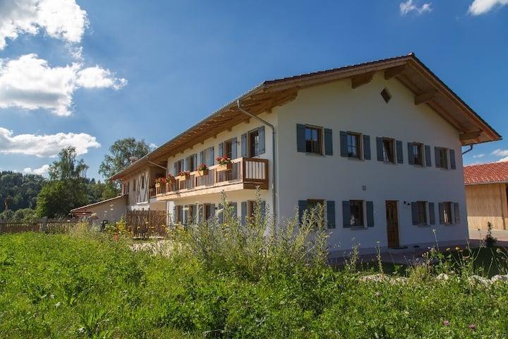 Neubauwohnung in stilvollem Landhof