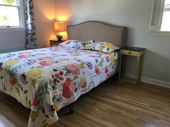 Queen size bed. Close to LIRR. Private bath.