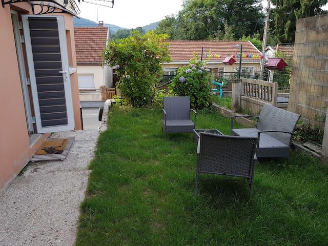 Accès privé, place de stationnement à proximité, petit jardin  avec salon de jardin privé.